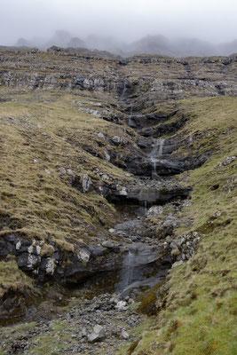 Nochmals ein Wasserfall, der sich über die gestuften Basaltschichten in Richtung Meer bewegt.