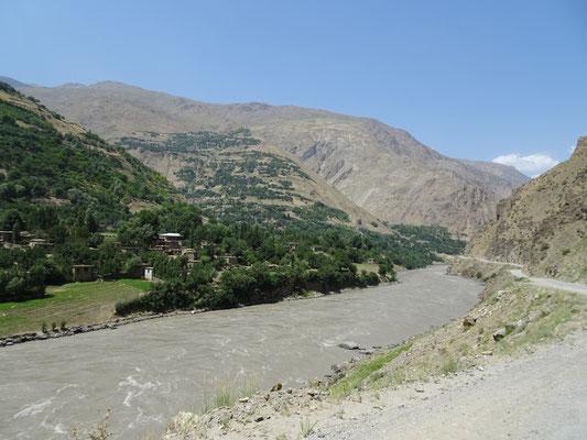 Eine weitere Impression auf die umfangreich bewässerte afghanische Seite.