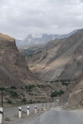 Der Gletscher lässt sich in der Ferne erahnen.