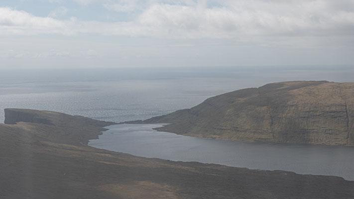 Das ist wohl der meist fotografierte See auf den Färöern:  der Sørvágsvatn (hier von der unspektakulären Seite).