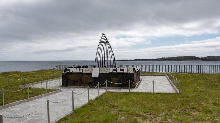 Monument für die auf See verunglückten mit Jahreszahl - Name - Alter.