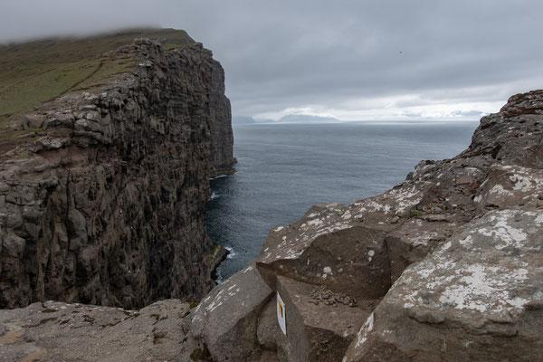 Abgrund beim grössten Binnensee auf den Färöer.