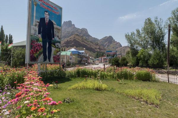 Der Herr Präsident im Blumenmeer.