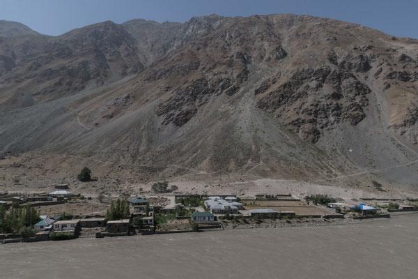 auf der anderen Flussseite liegt Afghanistan!