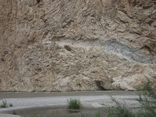 Gearbeitet wird in einer Felswand über dem tosenden Fluss.