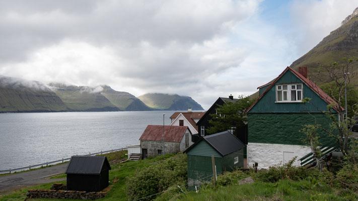 Kunoy, einer der zwei noch bewohnten Orte auf der Insel. Das Dorf Skarð wurde einige Jahre später, nachdem 1913 alle Männer auf See Starben, aufgegeben.