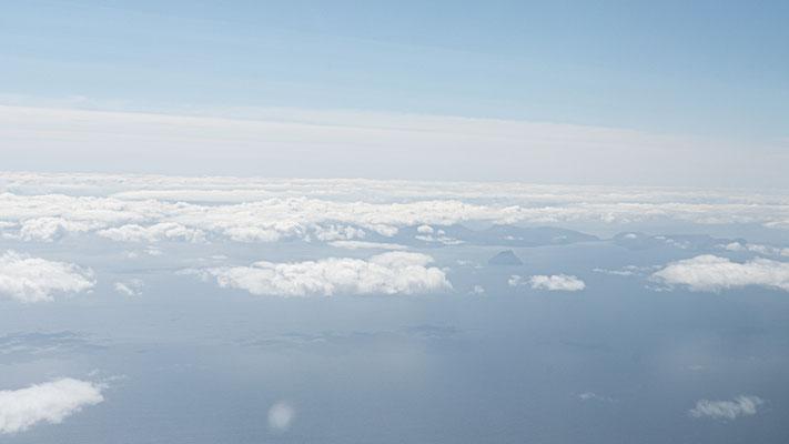 Aus der Luft erblicken wir die ersten Inseln.