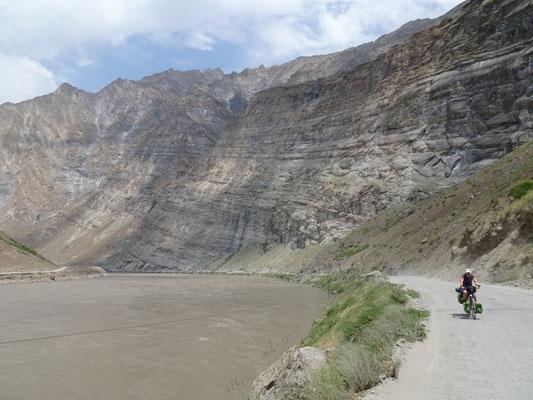 Am Panj unterwegs, ausnahmsweise parallel zum Flussniveau. Foto: PK