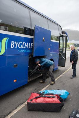 Ausladen nach unserer letzten Busfahrt (Seetunnel und vielbefahrener Tunnel).
