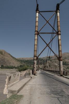 Eine massive und recht vertrauenserweckende Brücke führt über den Surkhob.