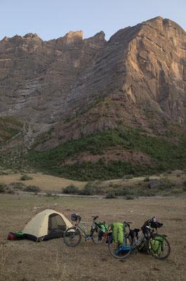 Schöner Biwakplatz mit toller Aussicht. Es ist auch abends immer noch angenehm warm.