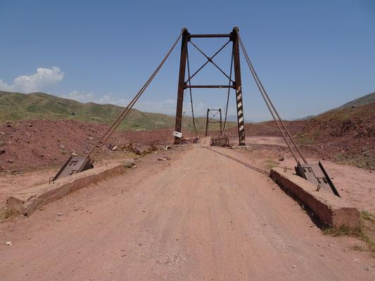 Das Foto zeigt den abenteuerlichen Zustand der Brücke nicht so deutlich. Foto: PK