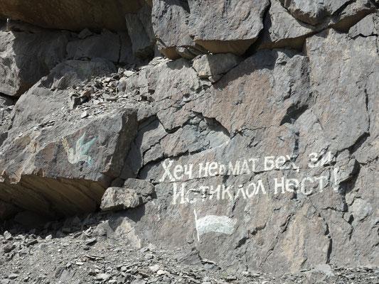 Am Strassenrand ist ab und an etwas auf tadschikisch auf den Felsen aufgemalt.