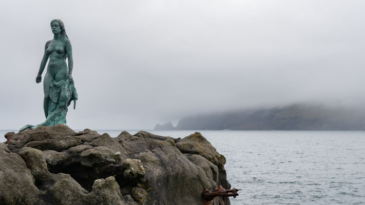 Die Robbenfrau, die gerade ihre Robbenhülle ablegt.