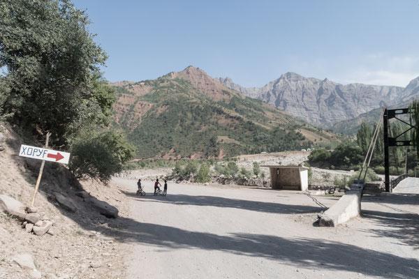 Bis Khorog ist es noch ein weiter Weg, Kinder, Brücke und Bushaltestelle.
