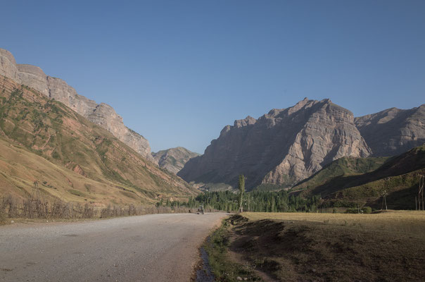Hier hinten wartet irgendwo der Khaburabot mit seinen 3250 m auf uns - mit dem Talboden hier haben wir immerhin schon die Hälfte erreicht...