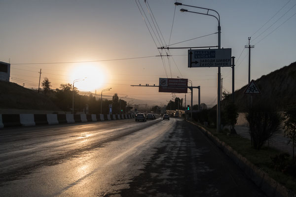 Nach dem Verlassen der Hauptstadt Tadschikistans geht es der Sonne entgegen.