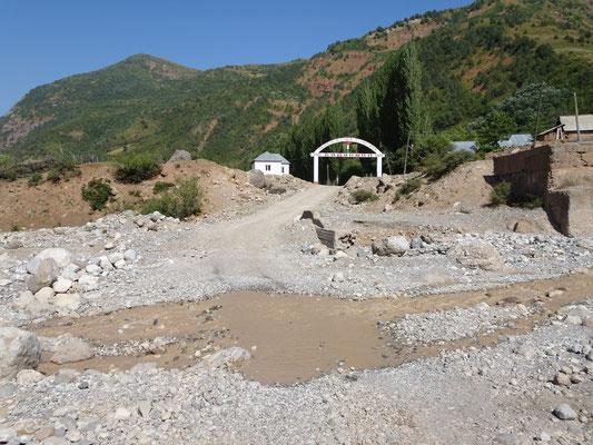 Über diesen Fluss gibt es auch eine Brücke, allerdings stehen nur noch die Brückenpfeiler. Die Hochwasser müssen gewaltig sein. Foto: PK