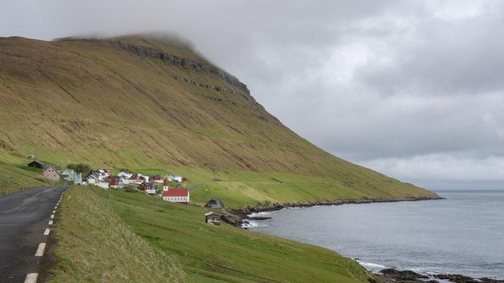 In Kürze passieren wir das zweite Dorf auf Kalsoy.