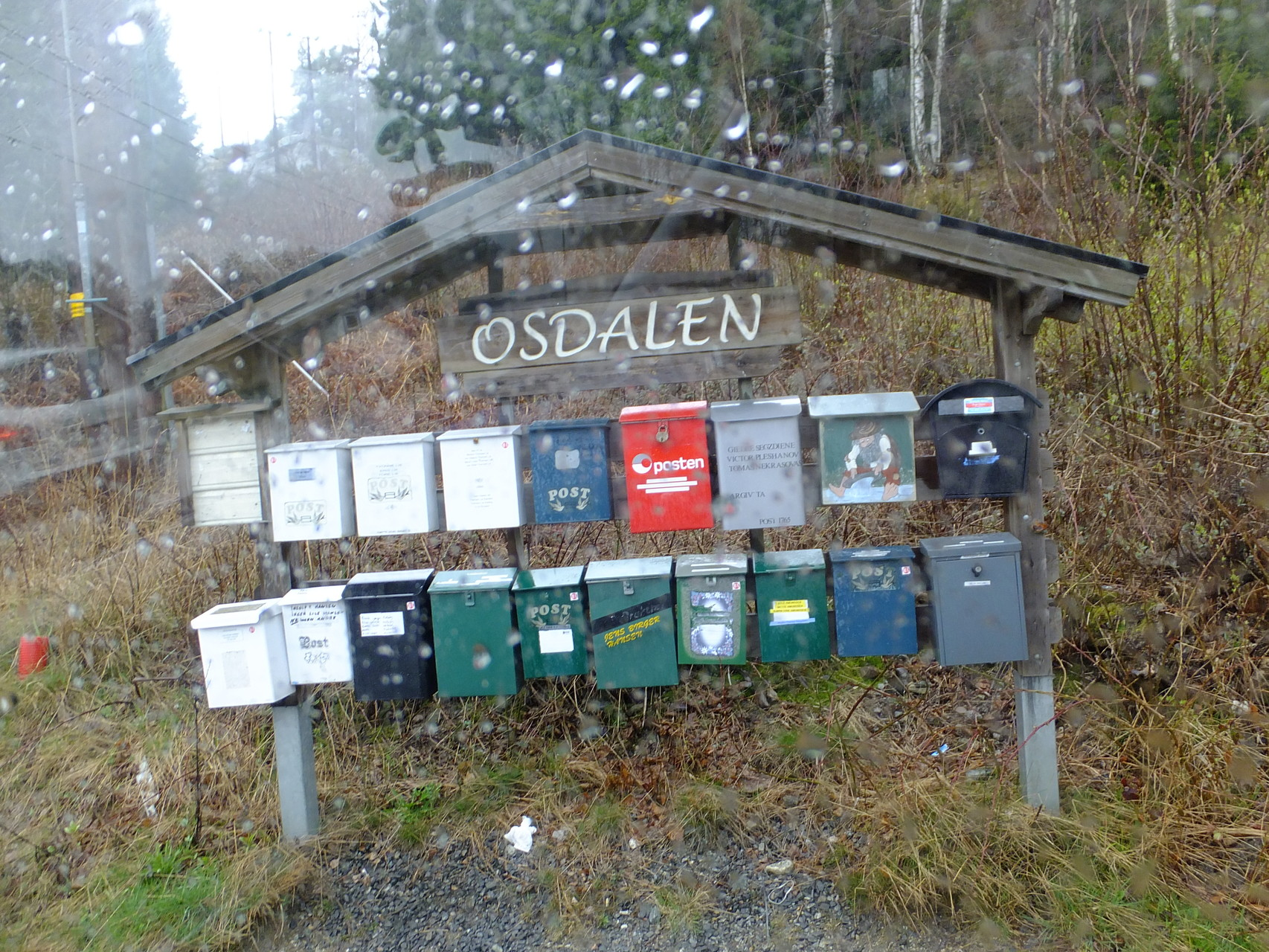 Viele Briefkästen und wehnig Häuser