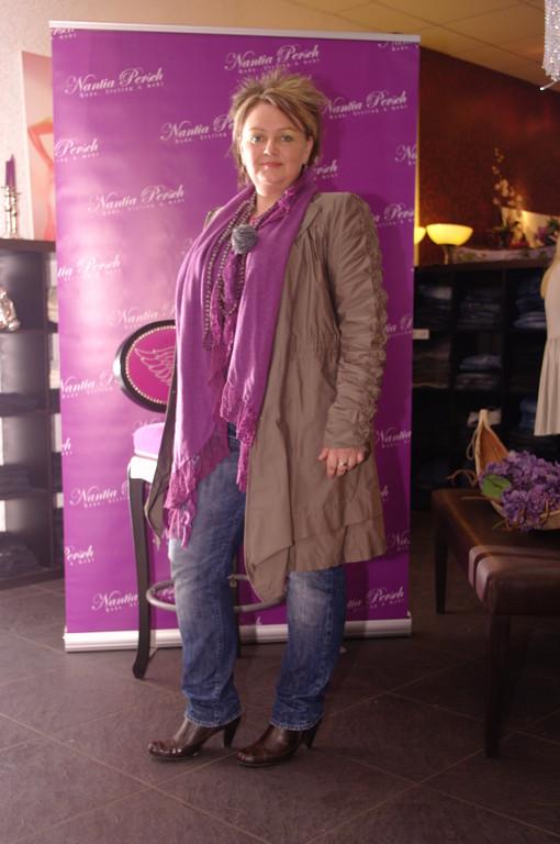Karin F. trägt Mantel von Summmum - lässig mit Jeans