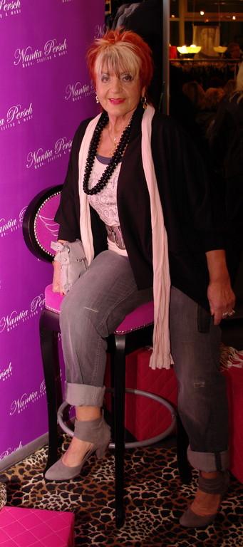 Karin Sch. ganz sportlich in grauer Jeans mit lassigem Cardigan