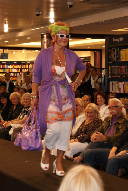 Karin trägt Tunika von Expresso mit Mantel von Latina