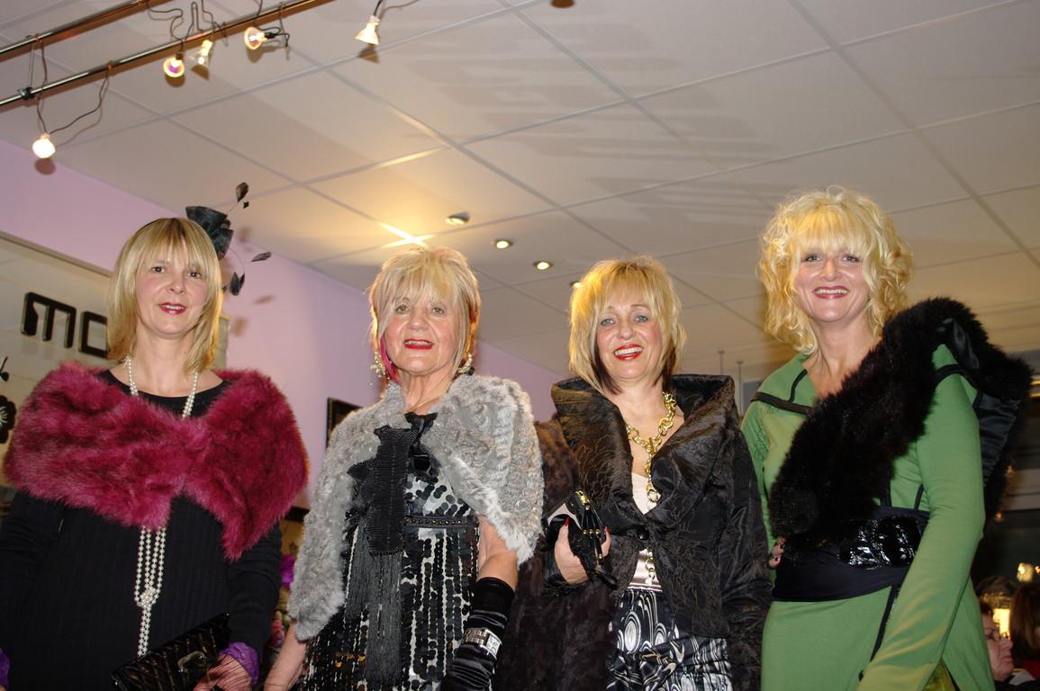Silvia, Karin, Linde und ich,,, jetzt haben wir gut lachen,,Wo  ist der Sekt?? Laßt uns feiern...