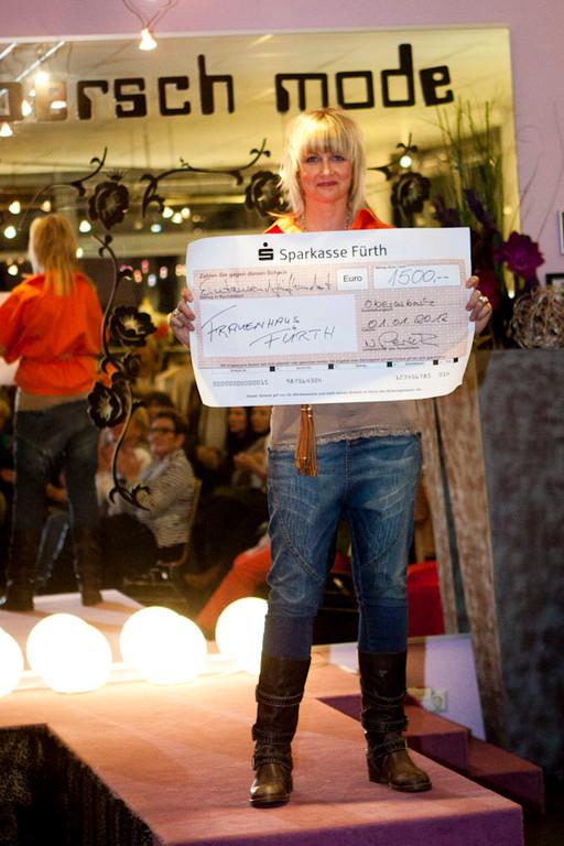 """hier Nantia mit unserem Spendenscheck für das Frauenhaus Fürth,,, 1500,00 Euro !!! Hurra!""""!"""