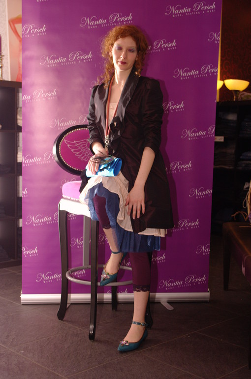 Sarah trägt Tunika von Oxmo mit Taftmantel und Tüllrock