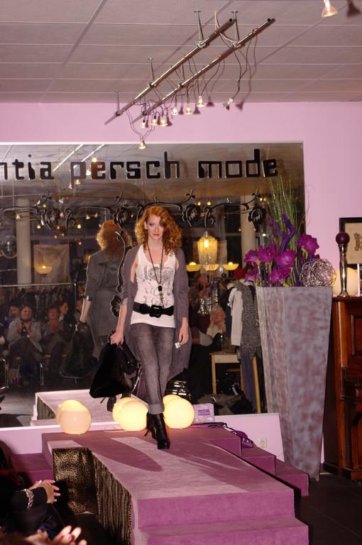 """Sarah lässig mit Jegging und """"Hirschjacke"""" ,,on Top"""