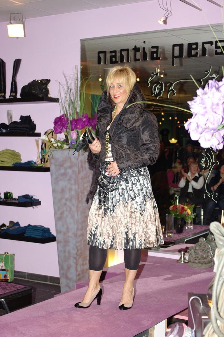 Linde zeigte uns den neuen Rock von Expresso, dazu die Bolerojacke mit dem wunderschönen Schalkragen