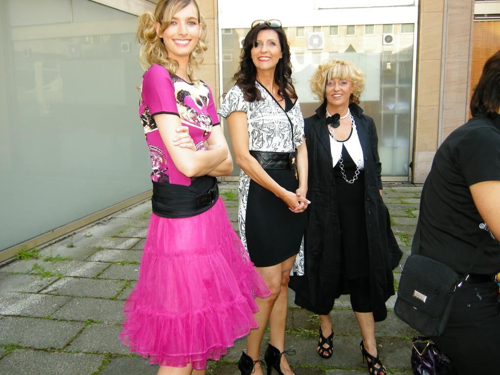 """die """"Schönen"""" warten ...Vanessa, Karin, Linde"""