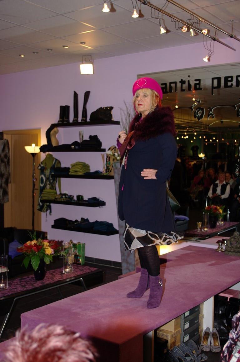 """Karin in den neuen Longblazer im Frackstil und in der neuen Farbe """"Dunkelblau"""""""