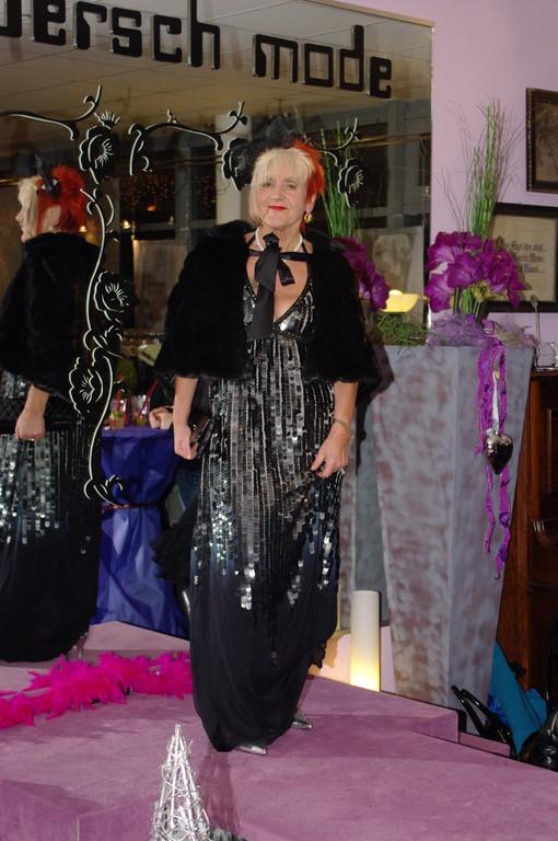 Karin im Pailettenkleid mit Farbverlauf von snob'isch