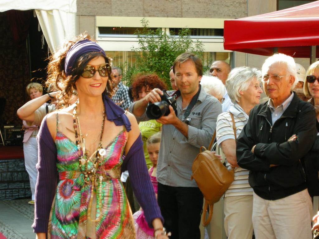 Karin in einem Hippykleid von Latina