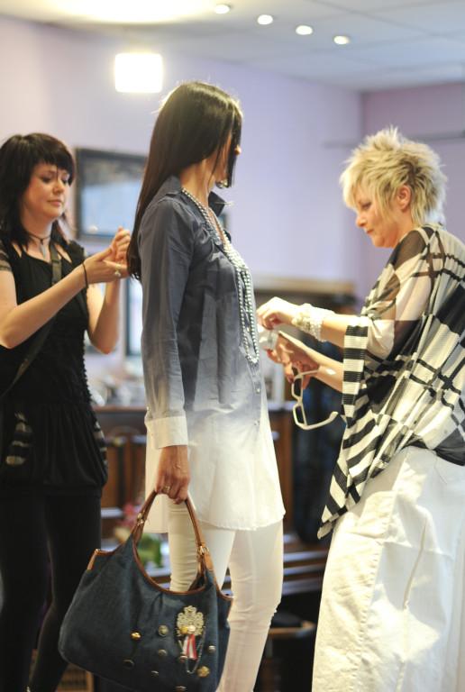 Yvonne und Nantia stylen Karin um