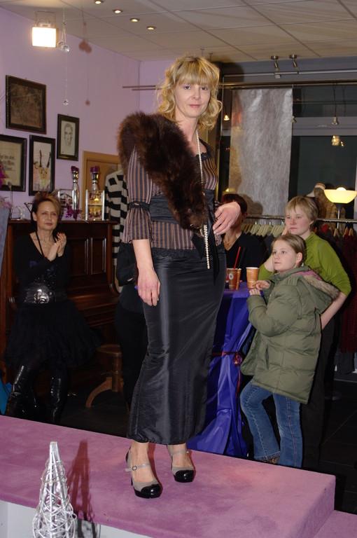 Silvia in Satinrock von Frans mit Edelshirt von Arianne dazu Pelzboa