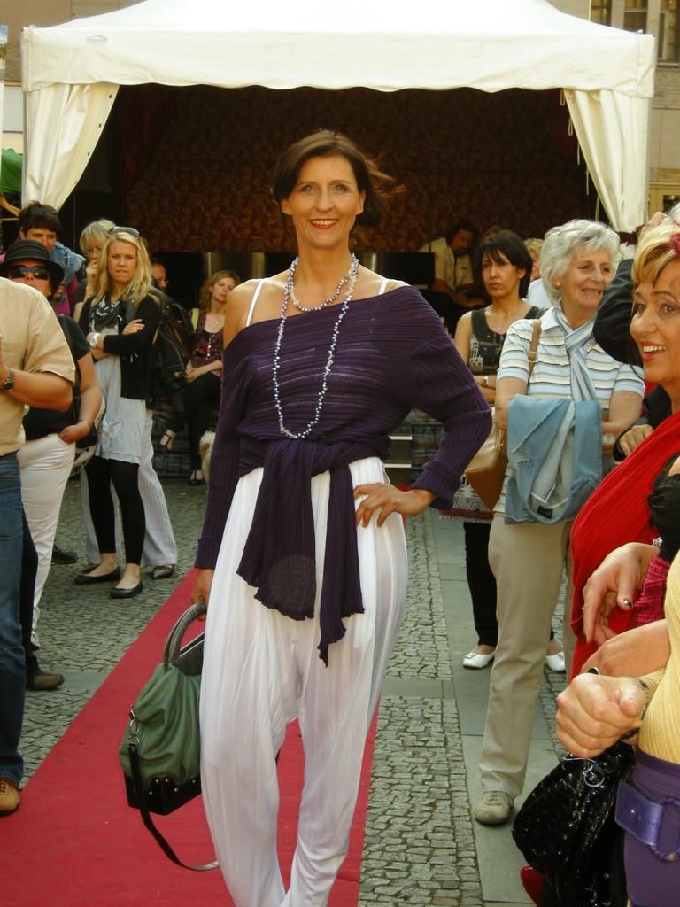 Karin in S'nob-Overall ud Laziva-Zauberteilchen