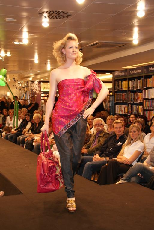 Marina mit neuer Jeans und Seidentop von Kookai