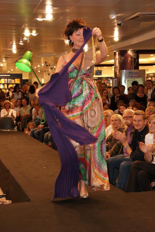 Martina in einem Seidenkleid von Latina