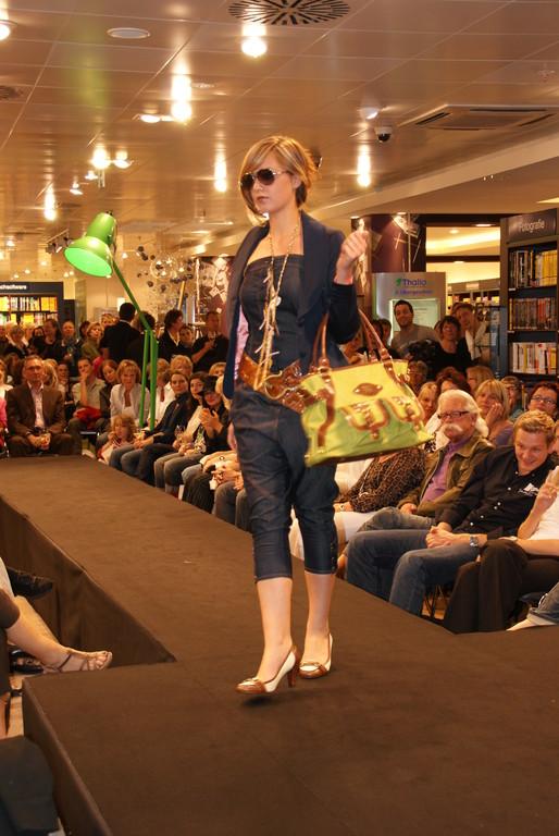 Malvina in einem Jeansoverall von Denny Rose