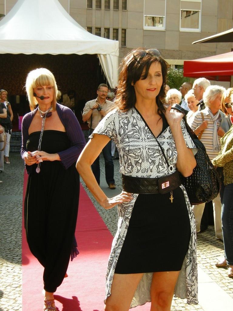 Karin mit Kleid von Laziva