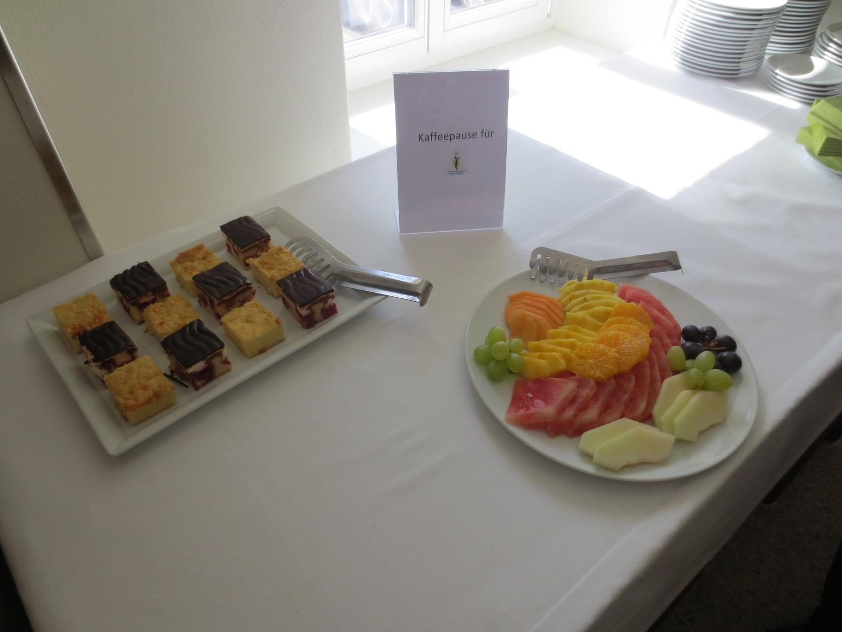 Zvieri-Pause im Sentido Seehotel am Kaiserstrand - Kuchengebäck und frische Früchte
