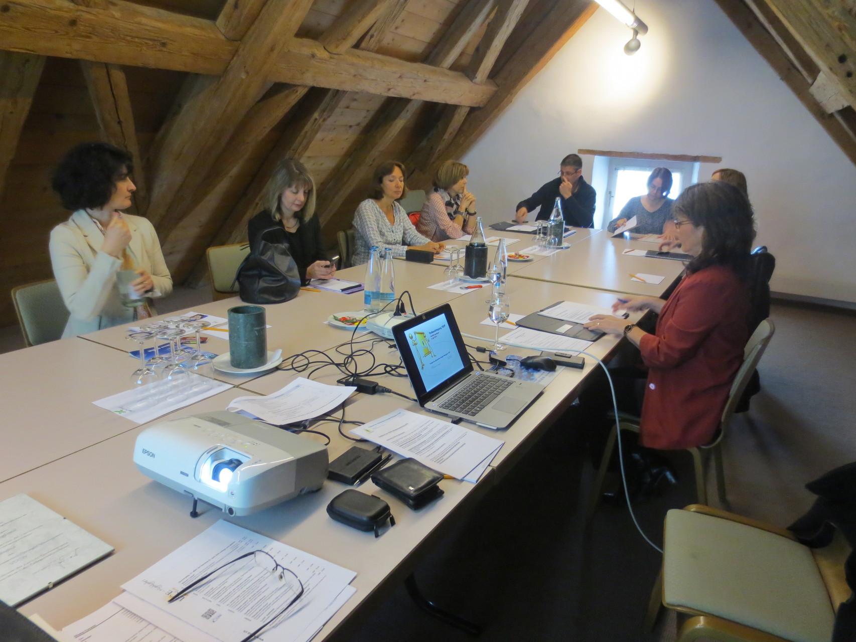 Beginn der Hauptversammlung im Dachgiebel des Gasthofes Kreuz in Egerkingen; die Mitglieder finden sich ein
