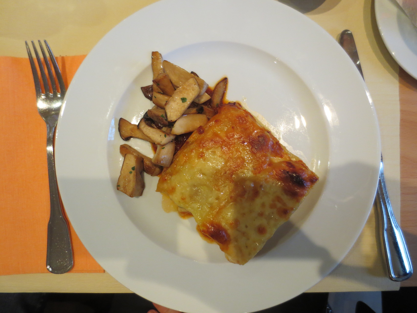 Menu VDSV-Business-Lunch: Gratiné Dalî (Provenzalischer Gemüseauflauf mit Kartoffeln, Zucchetti und Tomaten, gebratene Kräutersaitlinge)