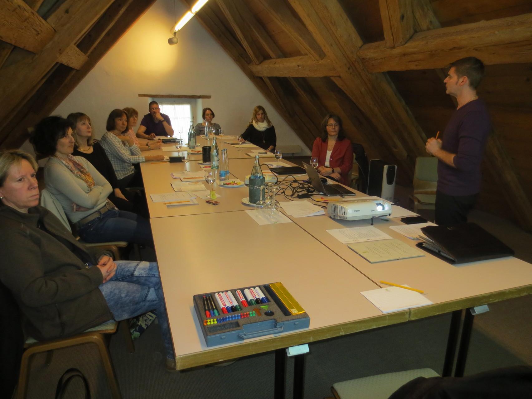 """Die Teilnehmenden lauschen den Praxiserlebnissen von Corrado Oberto zum Thema """"Positive Auswirkungen der Vitalogie auf die Psyche des Menschen"""""""