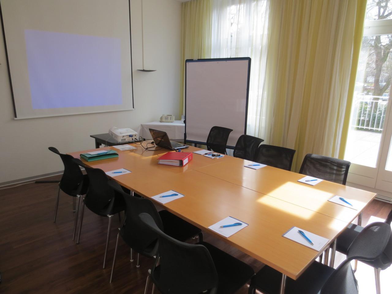 Letzte Vorbereitungen vor der HV im Galeriezimmer des Hotels Schützen in Rheinfelden