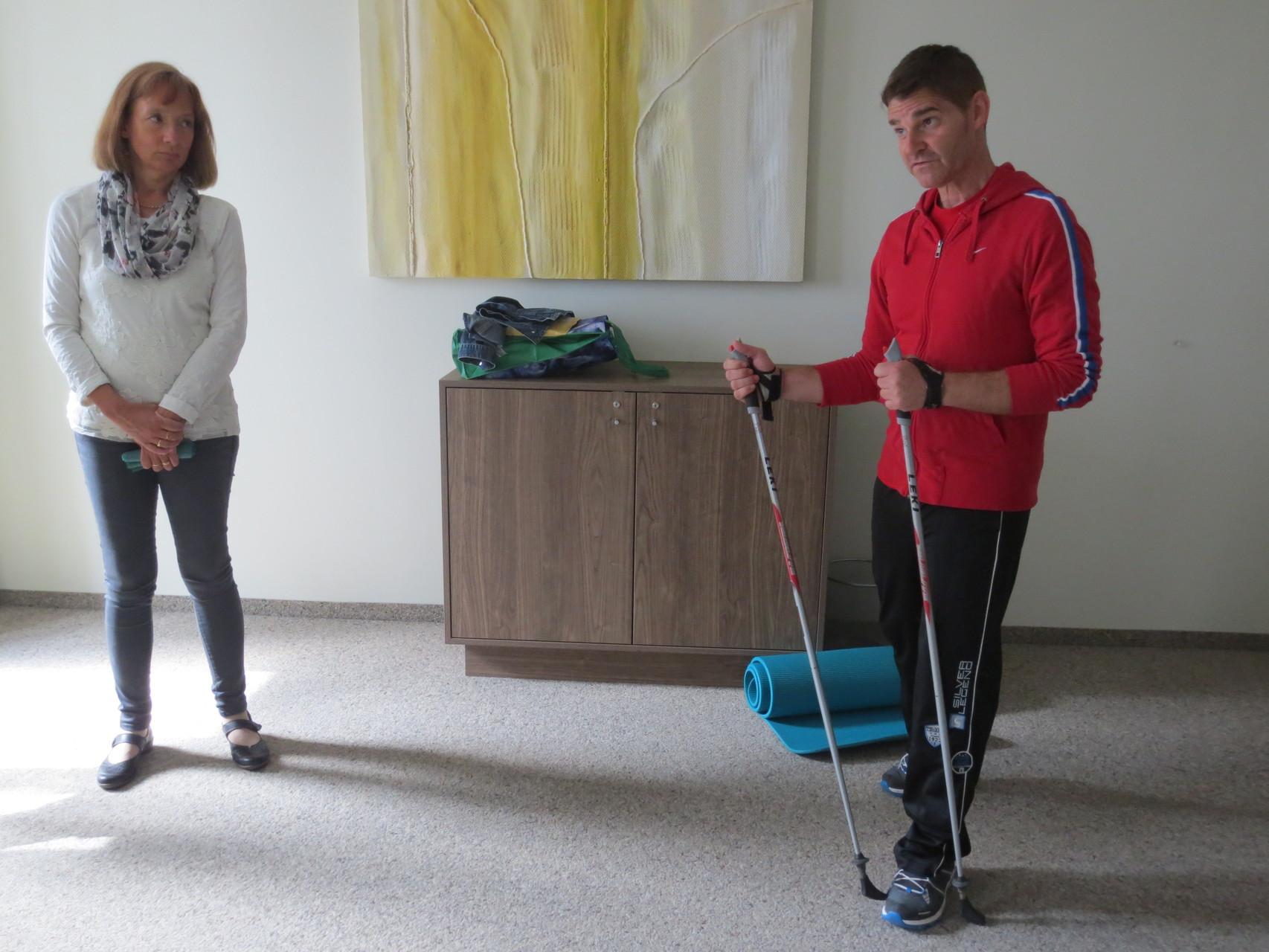 Übungen Nordic Walking mit dipl. Gesundheitstrainer INAG Corrado Oberto (VDSV-Mitglied Corinne Bolliger - links im Bild - verfolgt aufmerksam den Beitrag des Referenten)