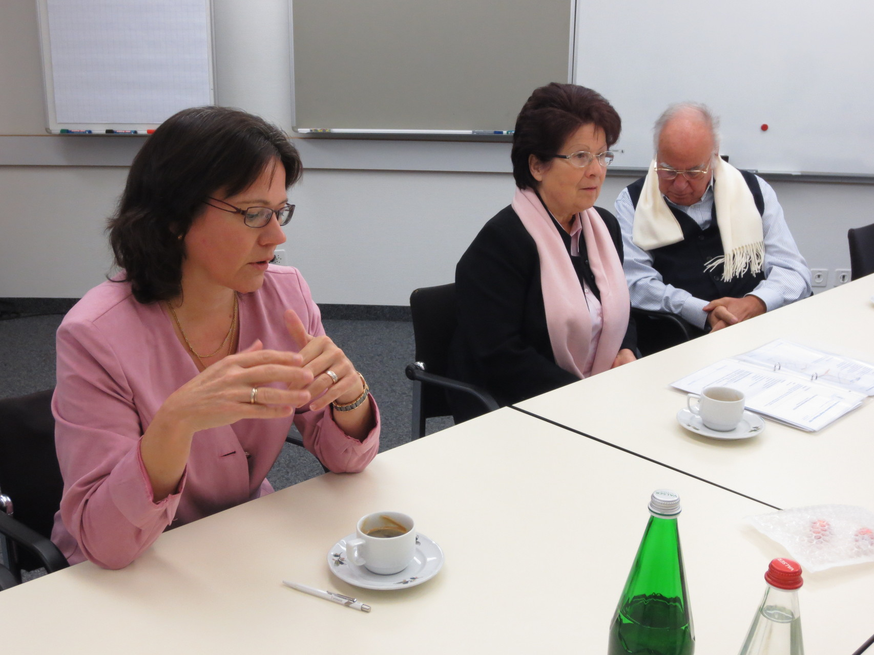 Rechnungsführerin Suzanne Fracasso-Rovina, in der Bildmitte die Vitalogie-Pionierin Johanna Fracasso und schliesslich rechts im Bild Mario Fracasso, Mitbegründer der European School of Straight Vitalogy